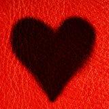 Carte de Saint-Valentin. Symbole d'amour de coeur sur le fond en cuir rouge Image stock