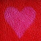 Carte de Saint-Valentin. Symbole d'amour de coeur sur le fond en cuir rouge Photos stock