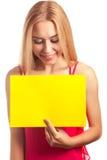 Carte de signe de prise de jeune femme Photos libres de droits