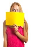 Carte de signe de prise de jeune femme Photo stock