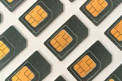 Carte de SIM se trouvant sous un angle, beaucoup de cartes de SIM pour des téléphones portables Photo libre de droits