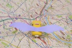 Carte de taxi de Paris La voiture s'envole, pilotant la voiture de l'avenir Kyiv, uA, 13 12 2017 Images libres de droits
