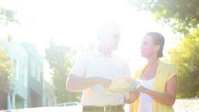 Carte de touristes heureuse et marche de lecture de couples clips vidéos