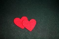 Carte de vacances avec des coeurs sur le noir Photo stock