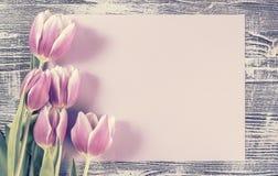 Carte de vacances avec le papier et les fleurs Photos stock