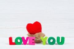Carte de Valentine avec amour que vous textotez et coeur de tricotage rouge sur le petit morceau Photo stock