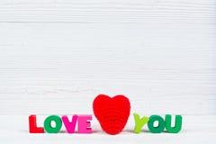 Carte de Valentine avec amour que vous textotez et coeur de tricotage rouge sur le petit morceau Image stock