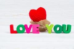 Carte de Valentine avec amour que vous textotez et coeur de tricotage rouge sur le petit morceau Photographie stock libre de droits
