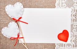 Carte de Valentine avec dessiner le coeur rouge sur la dentelle Images libres de droits