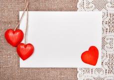 Carte de Valentine avec dessiner le coeur rouge sur la dentelle Photo stock