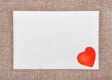 Carte de Valentine avec dessiner le coeur rouge sur la toile de jute Photos libres de droits