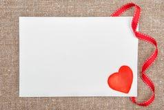 Carte de Valentine avec dessiner le coeur rouge sur la toile de jute Photographie stock libre de droits