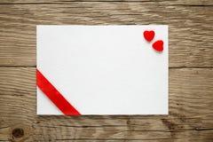 Carte de Valentine avec deux coeurs image stock