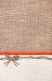 Carte de Valentine avec l'arc de ruban et de toile de jute Photos stock