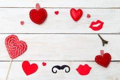 Carte de Valentine avec le coeur rouge sur le fond en bois blanc Copiez s Images stock