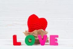 Carte de Valentine avec le texte d'amour et coeur de tricotage rouge sur l'OE blanc Photos stock