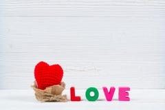 Carte de Valentine avec le texte d'amour et coeur de tricotage rouge sur l'OE blanc Image libre de droits