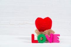 Carte de Valentine avec le texte d'amour et coeur de tricotage rouge sur l'OE blanc Photographie stock