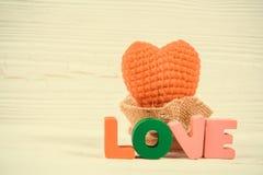 Carte de Valentine avec le texte d'amour et coeur de tricotage rouge sur l'OE blanc Images stock