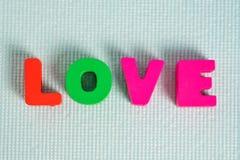 Carte de Valentine avec le texte d'amour sur l'espace bleu de fond et de copie Image stock