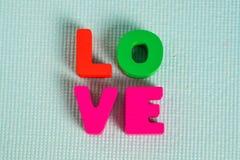 Carte de Valentine avec le texte d'amour sur l'espace bleu de fond et de copie Photo stock