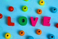 Carte de Valentine avec le texte d'amour sur l'espace bleu de fond et de copie Photographie stock libre de droits