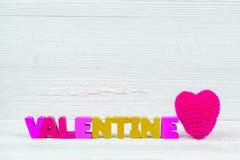Carte de Valentine avec le texte de valentine et coeur de tricotage rouge sur le whi Photo stock