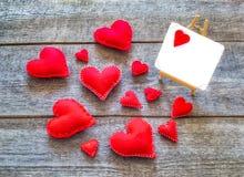 Carte de Valentine avec les coeurs rouges Image stock