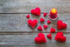 Carte de Valentine avec les coeurs rouges Photo stock