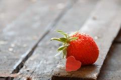 Carte de Valentine : coeur et fraises Images stock