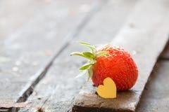 Carte de Valentine : coeur et fraises Photo stock