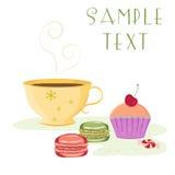 Carte de vintage comportant la tasse de thé, petit gâteau de cerise Image stock