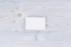 Carte de visite professionnelle blanche vierge de visite sur le conseil en bois bleu-clair mou Moquerie pour l'identité de marqua Photo stock