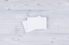 Carte de visite professionnelle blanche vierge de visite sur le conseil en bois bleu-clair mou Moquerie pour l'identité de marqua Photos stock