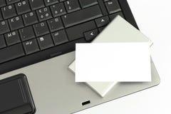 Carte de visite professionnelle de visite au-dessus d'un ordinateur portatif images stock