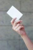 Carte de visite professionnelle de visite vide dans la main d'une femme Photo stock