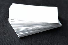 Carte de visite professionnelle de visite vide sur la table en bois Photos stock