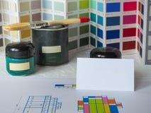 Carte de visite professionnelle de visite et émail coloré sur la table Image stock