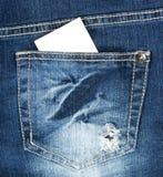Carte de visite professionnelle vierge de visite dans la poche de jeans Photo stock