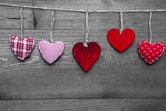 Carte de voeux affectueuse avec les coeurs rouges Images stock