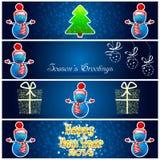 Carte de voeux avec l'arbre, le bonhomme de neige, les présents et le snowfla de nouvelle année Image stock