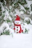 Carte de voeux avec la décoration faite main de bonhomme de neige dans l'horaire d'hiver de forêt Image libre de droits
