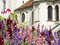 Carte de voeux avec la fleur et l'église colorées Belles fleurs d'été image stock
