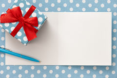 Carte de voeux avec le boîte-cadeau de point de polka et un stylo Photo stock