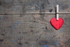 Carte de voeux avec le coeur rouge sur la surface en bois Photos stock