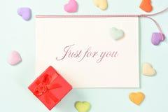Carte de voeux avec le jour du ` s de mère de cadeau d'amour Photographie stock libre de droits