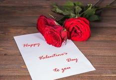 Carte de voeux avec le jour du ` s de Valentine avec trois roses rouges Photographie stock libre de droits