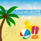 Carte de voeux avec le lettrage Conception de bannière de vacances d'été Le disque de palmier, de beachball et de vol sur une mer Illustration Stock