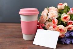 Carte de voeux avec le rose de fleurs avec amour en verre de tasse de drinkin Images stock