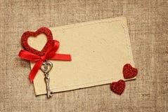 Carte de voeux avec le ruban rouge et une clé pour la Saint-Valentin Photographie stock